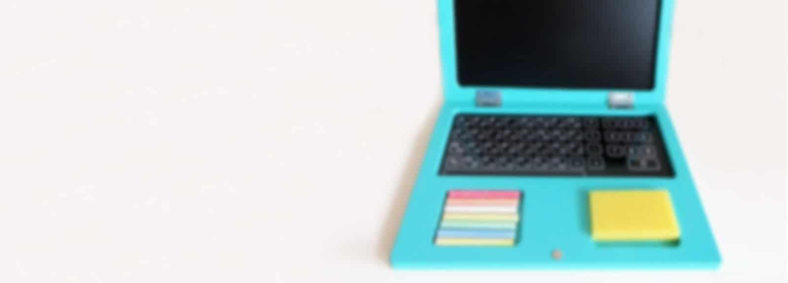 drveni laptop sa kredicama